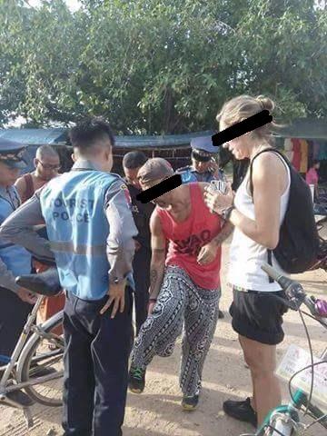 Mostrando a tatuagem para as autoridades