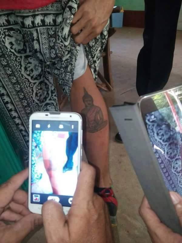 Populares fotografando a tatuagem